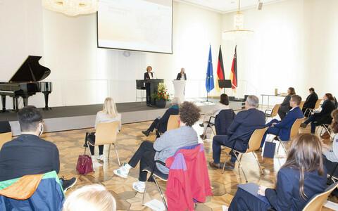Teilnehmern bei der Preisverleihung des Ideentwettbewerb Ehrenamt 4.0