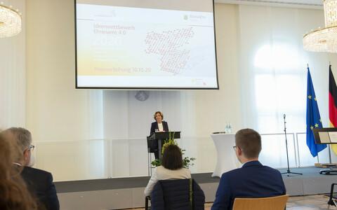Ministerpräsidentin Malu Dreyer spricht vor Publikum auf der Preisverleihung